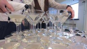 Due sommelier versano il champagne in calici vicino su, preparazione di nozze stock footage