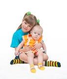 Due sorelle abbracciano ogni othe Fotografie Stock