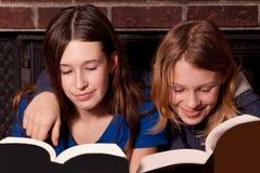 Due sorelle che leggono insieme Fotografia Stock Libera da Diritti