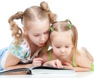 Due sorelle che leggono insieme un libro Fotografia Stock Libera da Diritti