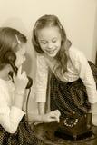 Due sorelle che parlano sul vecchio telefono Immagini Stock Libere da Diritti