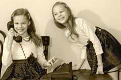 Due sorelle che parlano sul vecchio telefono Immagine Stock Libera da Diritti