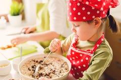 Due sorelle che preparano insieme granola Immagini Stock