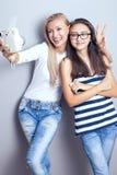 Due sorelle che usando macchina fotografica Immagini Stock
