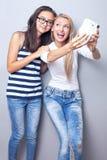 Due sorelle che usando macchina fotografica Fotografie Stock Libere da Diritti
