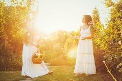 Due sorelle e un canestro del raccolto Fotografie Stock