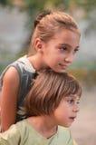 Due sorelle esterne Fotografia Stock