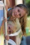 Due sorelle esterne Fotografie Stock Libere da Diritti