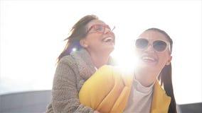 Due sorelle felici che abbracciano insieme Ragazze di modo che hanno molto divertimento che spende insieme tempo stock footage