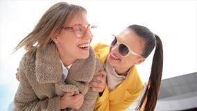 Due sorelle felici che abbracciano insieme Ragazze di modo che hanno molto divertimento che spende insieme tempo archivi video