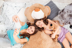 Due sorelle felici che si trovano e che prendono selfie con il telefono cellulare Fotografie Stock