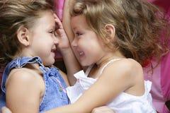 Due sorelle gemellare in un abbraccio, fine in su Fotografie Stock