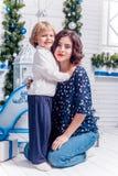 Due sorelle nei sorrisi delle decorazioni di Natale fotografia stock libera da diritti