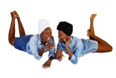 Due sorelle nere risata aperta adagiantesi della bocca Immagini Stock Libere da Diritti