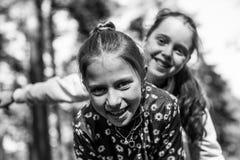 Due sorelle o amiche delle ragazze divertendosi all'aperto Immagini Stock