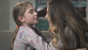 Due sorelle si stringono a sé vicino su Le più piccole e ragazze più anziane sfregano i loro nasi Sorelle relazione stock footage