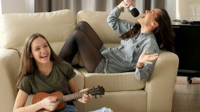 Due sorelle stanno avendo molto divertimento nel salone video d archivio