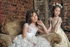 Due sorelle in vestiti da sera bianchi Immagini Stock Libere da Diritti