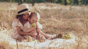Due sorelline che si siedono sull'erba in natura video d archivio