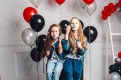Due sorelline stanno soffiando le bolle domestiche Fotografia Stock Libera da Diritti