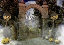 Due spaventapasseri con una zucca di Halloween si dirigono nell'entrata di un cimitero terrificante immagini stock libere da diritti