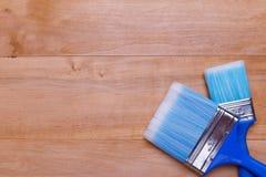 Due spazzole una su un altro su un fondo di legno Fotografia Stock Libera da Diritti