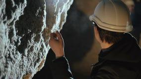 Due speleologi che esplorano la parete calcarea del ` s della caverna 4K stock footage