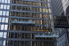 Due squadre di pulizia della finestra che lavorano delle altezze alla torre dow dell'ufficio fotografia stock libera da diritti