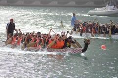 Due squadre nella corsa di barca del drago Immagini Stock