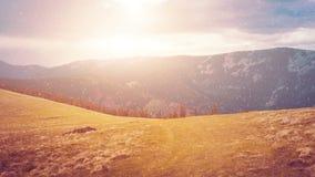 Due stagioni: autunno ed inverno in valle della montagna stock footage