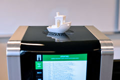 Due stampante del filamento 3D che aggiorna software da Internet Nuova tecnologia di stampa Immagini Stock