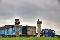 Due statue e un camion immagini stock
