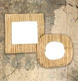 Due strutture in bianco del cartone sulla parete di lerciume Immagini Stock