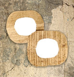 Due strutture in bianco del cartone sulla parete di lerciume Immagine Stock