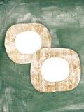 Due strutture dipinte sporche del cartone del gesso in bianco sulla lavagna Fotografia Stock