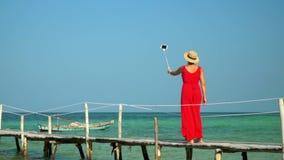 Due strutture in video Bella donna che cammina giù il pilastro in vestito rosso lungo Il Vietnam La donna gode delle viste del video d archivio
