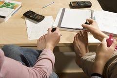 Due studentesse che dipingono le loro unghie del piede Fotografia Stock
