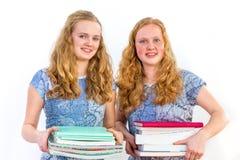 Due studentesse che tengono i libri di studio Fotografie Stock