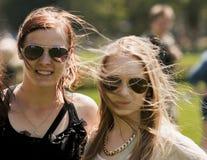 Due studentesse di college con gli occhiali da sole Immagini Stock