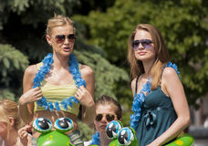 Due studentesse di college sexy con i giocattoli della spiaggia e le ghirlande delle Hawai Fotografie Stock