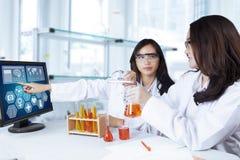 Due studenti che effettuano ricerca chimica Immagini Stock