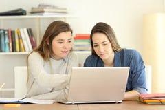 Due studenti che imparano aiutandosi fotografie stock