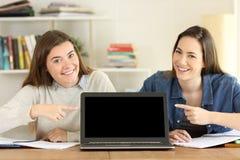 Due studenti che indicano al modello dello schermo del computer portatile Fotografia Stock