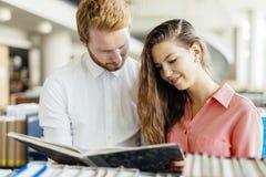 Due studenti che leggono e che studiano nella biblioteca Fotografia Stock Libera da Diritti