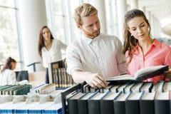 Due studenti che leggono e che studiano nella biblioteca Immagini Stock Libere da Diritti