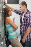 Due studenti che pendono contro il flirt dell'armadio Immagini Stock Libere da Diritti