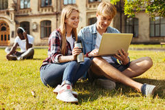 Due studenti commessi che studiano insieme per i finali Immagini Stock