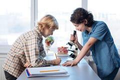 Due studenti dedicati che sperimentano nel laboratorio della scuola Fotografia Stock