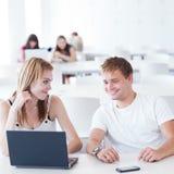 Due studenti di college che hanno divertimento studiare insieme Immagini Stock Libere da Diritti