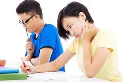 Due studenti di college che si siedono un esame in un'aula Fotografie Stock